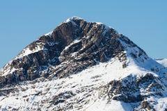 De piek van de berg die met sneeuw wordt behandeld Stock Foto
