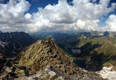 De piek van de berg en twee meren Stock Afbeeldingen