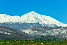 De piek van de berg onder sneeuw royalty-vrije stock afbeeldingen