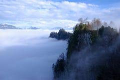 De piek van de berg over cloudscape royalty-vrije stock afbeeldingen