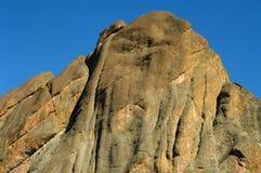 De piek van de berg tegen blauwe hemel in nationaal park Stock Foto