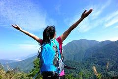 De piek van de de tribuneberg van de vrouwenwandelaar stock foto
