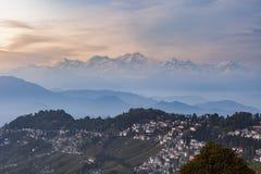 De piek van de Kanchenjungawaaier na zonsondergang met Darjeeling-stad Royalty-vrije Stock Foto