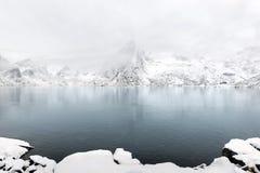 De piek van de Lilandstindenberg op Hamnoy-eiland tijdens de wintertijd, stock afbeelding