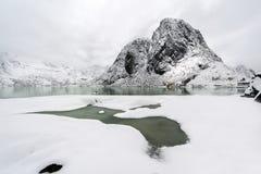 De piek van de Lilandstindenberg op Hamnoy-eiland tijdens de wintertijd, royalty-vrije stock foto's