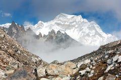 De piek van Hungchhi en de piek Chumbu van de basis van Cho Oyu kamperen - trek aan Everest basiskamp royalty-vrije stock afbeeldingen