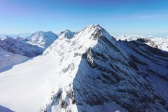 De piek van de Jungfrauberg bij de winter Zwitserse Alpen stock afbeeldingen