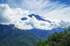 De Piek van de Kinabaluberg met Wolken op het Eiland van Borneo, Maleisië royalty-vrije stock afbeelding