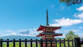 De piek van Mt Fuji tussen wolk op dag in Fujiyoshida stock footage