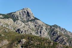 De piek van San Petrone in de berg van Corsica stock foto's