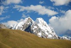 De pieken en de bergen van de sneeuw in Peru Stock Foto's