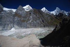 De pieken en de bergen van de sneeuw in Peru Royalty-vrije Stock Afbeeldingen