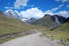 De pieken en de bergen van de sneeuw in Peru Stock Fotografie