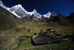 De pieken en de bergen van de sneeuw in Peru Stock Foto