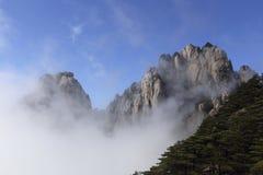 De pieken komen uit overzees van wolken te voorschijn royalty-vrije stock foto