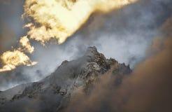 De pieken van de Aiguillesberg door wolken en blauwe hemel Chamonix, Frankrijk stock afbeeldingen