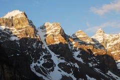 De pieken van de berg bij zonsopgang Royalty-vrije Stock Foto's