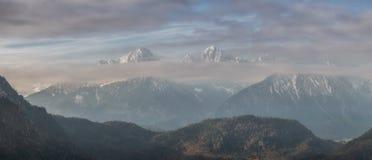 De Pieken van de berg in Wolken Royalty-vrije Stock Afbeelding