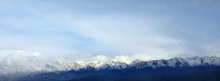 De pieken van de bergen - voorraadfoto stock afbeeldingen