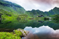 De pieken van de spiegelberg in het gletsjermeer met wolken en mistcl royalty-vrije stock fotografie