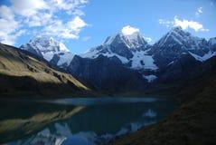 De pieken van het meer en van de sneeuw Royalty-vrije Stock Fotografie