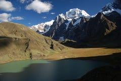 De pieken van het meer en van de sneeuw van Peru Stock Foto's