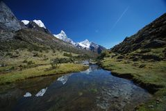 De pieken van het meer en van de sneeuw van Peru Stock Afbeeldingen