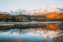 De pieken van de klippen op de horizon bij de kleurrijke hemel royalty-vrije stock foto