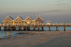 De pier bij zonsondergang is een vergaderingspunt voor plaatselijke bewoners die in de avond vissen stock foto's