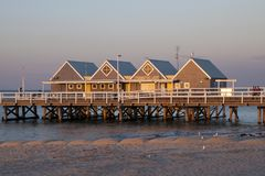 De pier bij zonsondergang is een vergaderingspunt voor plaatselijke bewoners die in de avond vissen stock afbeeldingen