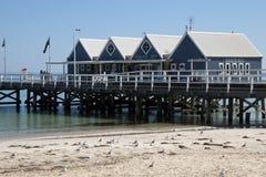 De pier is de nadruk van tourstactiviteit stock fotografie