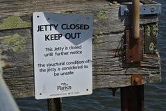 De pier sloot tot nader order en houdt teken weg stock foto