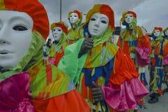 De pierrottengranaten paraderen in hun maskerade door de Savanne van het Koningin` s Park, Trinidad tijdens de Carnaval-vieringen stock fotografie