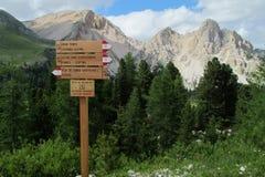 De pijl van de richtingsindicator op bergpas Stock Foto