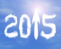 de pijl van 2015 ondertekent vorm omhoog witte wolken op zonlichthemel Stock Foto
