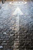 De pijl in wordt gepland cobbled asfalt die op de richting en de snelheid wijzen aan 20 kilometers per uur dat royalty-vrije stock fotografie