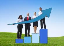 De Pijlen van de bedrijfsmensenholding toont in openlucht Vooruitgangsconcept Stock Foto's