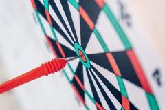 De Pijlen van het leidingsconcept op boogschietendoel van van het bedrijfs dartboarddoel concept stock afbeeldingen