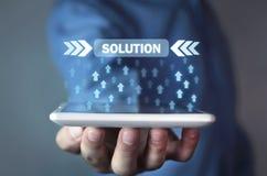 De pijlen van de mensenholding met Oplossingsknoop Bedrijfs concept Stock Afbeelding