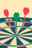 De pijlen van pijltjes in het doelcentrum Royalty-vrije Stock Afbeeldingen