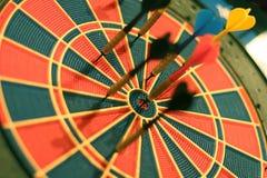 De pijlen van pijltjes in het doelcentrum Royalty-vrije Stock Foto's