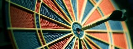 De pijlen van pijltjes in het doelcentrum Selectieve nadruk Stock Foto