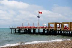 De pijler dichtbij strand in Koninklijke Adam en hotel en toeristen van de Vooravond de het moderne luxe zijn op vakantie royalty-vrije stock foto's