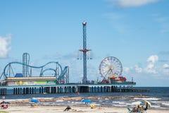 De Pijler en het Strand van het Galvestongenoegen Stock Foto's