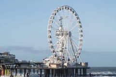 De Pijler in Scheveningen in Nederland met het Reuzenrad vooraan Stock Afbeelding