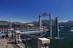 De pijler van de Bavenoveerboot, Meer Maggiore. Winderig weer stock foto
