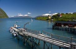 De pijler van de fjord en van de vissersboot royalty-vrije stock fotografie