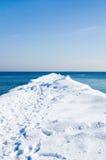 De pijler van de sneeuw in het overzees op een zonnige de winterdag Royalty-vrije Stock Afbeeldingen