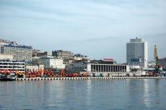De pijler van de verzending in Russische zeehaven Vladivostok. stock foto