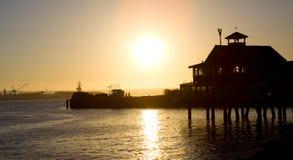 De pijler van de zonsondergang bij het strand stock foto's